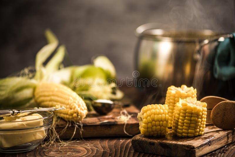 Cocido al vapor de maíz al vapor cocinado caliente fotos de archivo