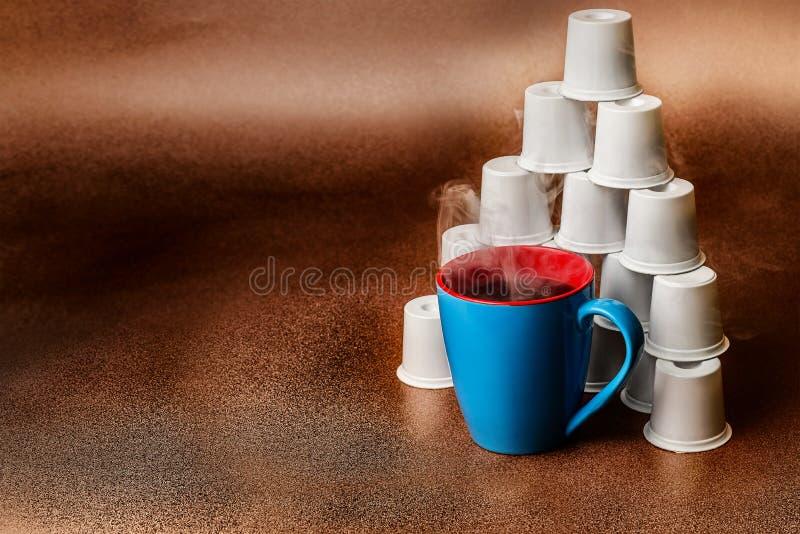 Cocido al vapor del fondo Copyspace del cobre al vapor de la pirámide del café y de la vaina fotos de archivo libres de regalías