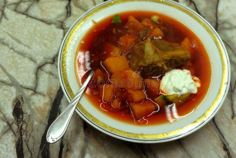 Cocido húngaro, carne de vaca, tomate, pimienta, chile, sopa ahumada de la paprika Plato húngaro tradicional foto de archivo
