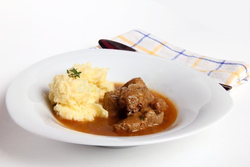 Cocido húngaro y patatas trituradas