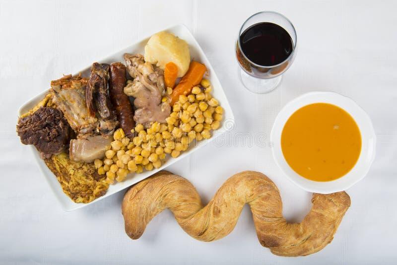 Cocido uno stufato spagnolo con l'assortimento di carne e dei chikpeas immagini stock