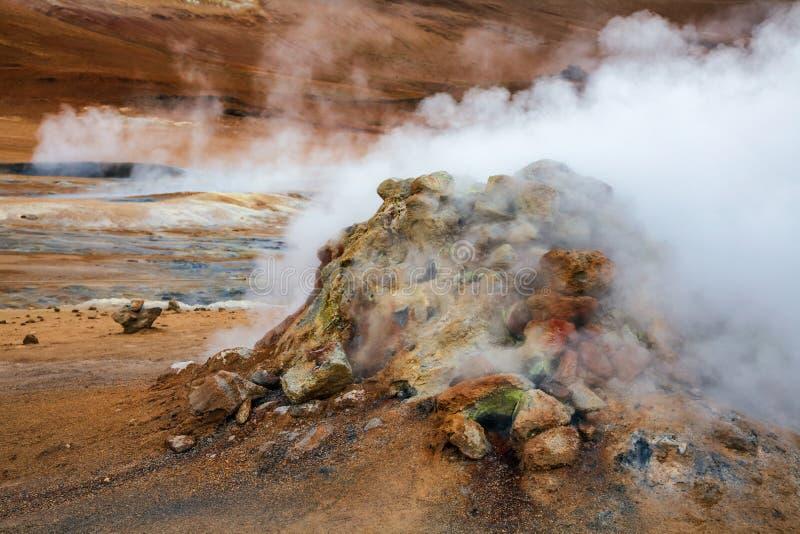 Cociendo el área geotérmica Namafjall Myvatn Islandia del noreste Escandinavia de Hverir al vapor del volcán del fango foto de archivo