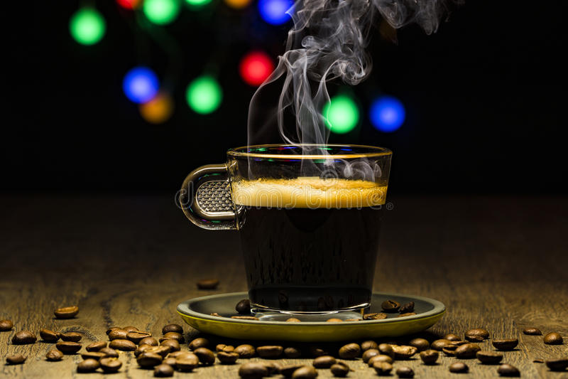 Cociendo el coffe al vapor caliente - con las habas fume y bokeh en el backgroun foto de archivo libre de regalías