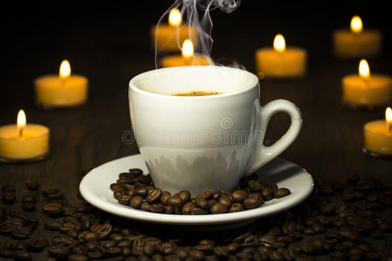 Cociendo el coffe al vapor caliente - con las habas fume y bokeh en el backgroun imágenes de archivo libres de regalías