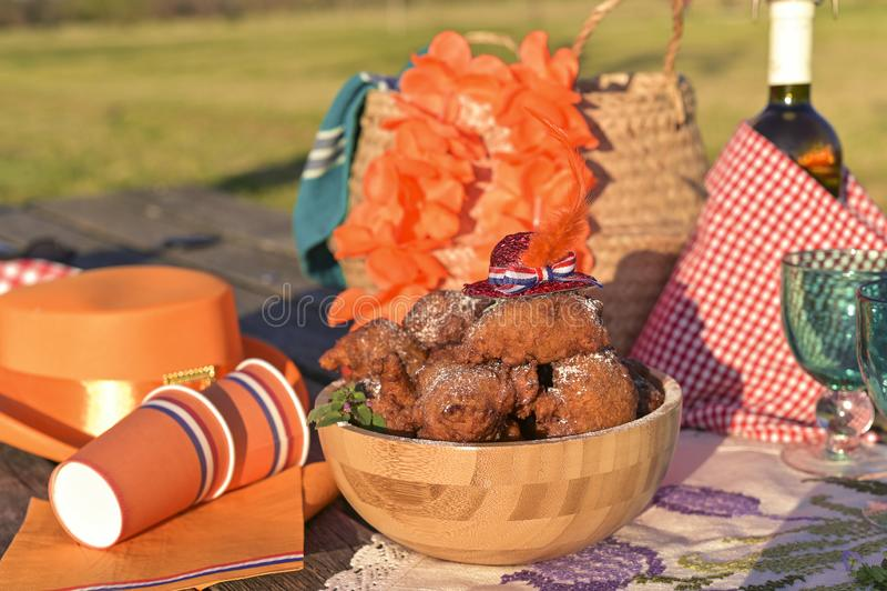 Cociendo y diversas comidas y bebidas para el almuerzo en la naturaleza Sombrero y accesorios de Oranjevaya Anillos de espuma tra fotografía de archivo