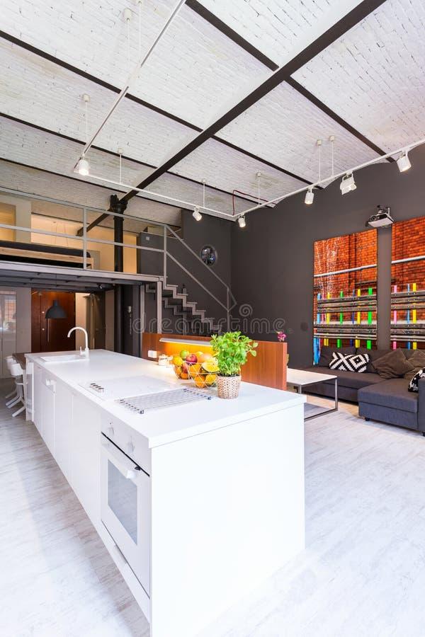 Cocina abierta a la idea de la sala de estar fotografía de archivo