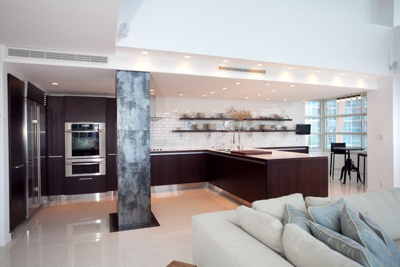 Cocina abierta moderna foto de archivo libre de regal as for Cocina de planta abierta sala de estar