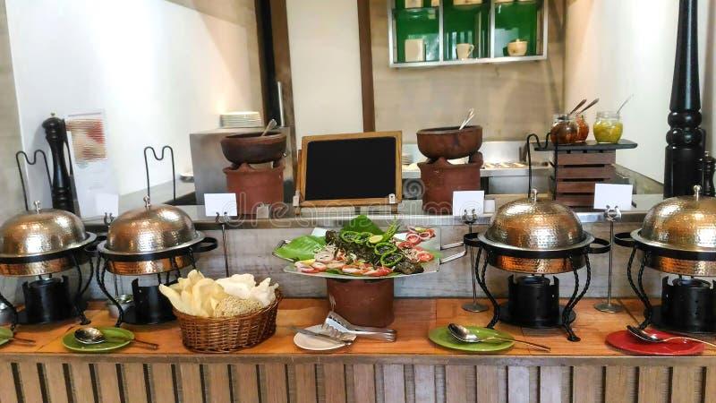 Cocina adornada bien de un hotel, decoración interior fotografía de archivo