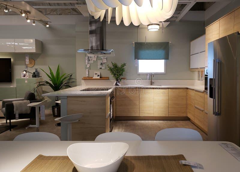 Cocina agradable y diseño dinning del sitio en la tienda IKEA fotografía de archivo libre de regalías