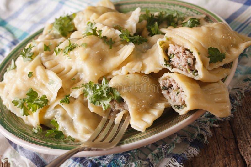 Cocina alemana: Maultaschen con la espinaca y la carne cercanas para arriba en a imagen de archivo libre de regalías