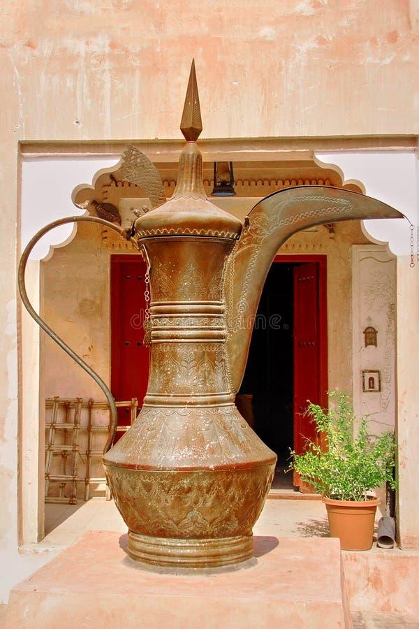 Cocina artesanal oriental de la antigüedad, de cobre o de latón, pintada con motivos tradicionales. Al aire libre en Asia Centra foto de archivo