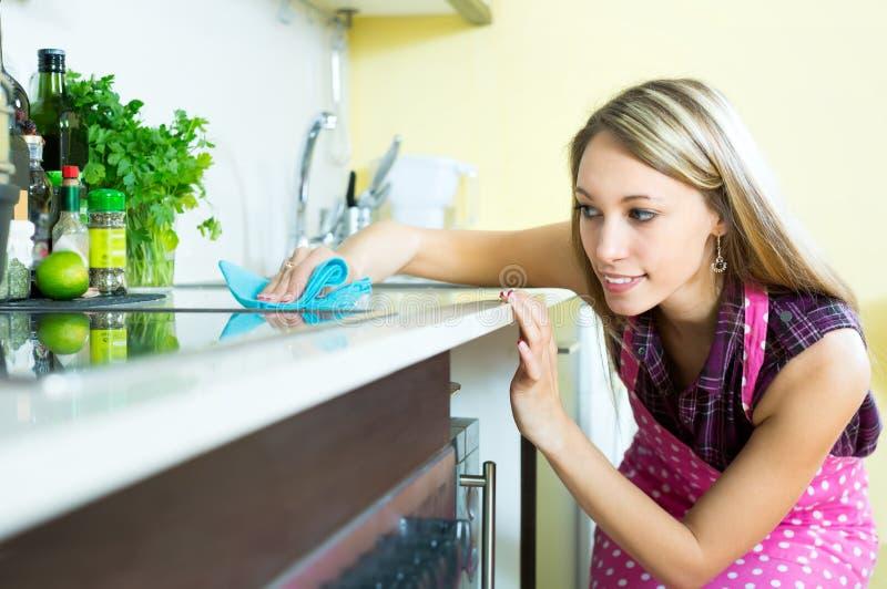 Cocina atractiva de la limpieza de la mujer fotografía de archivo