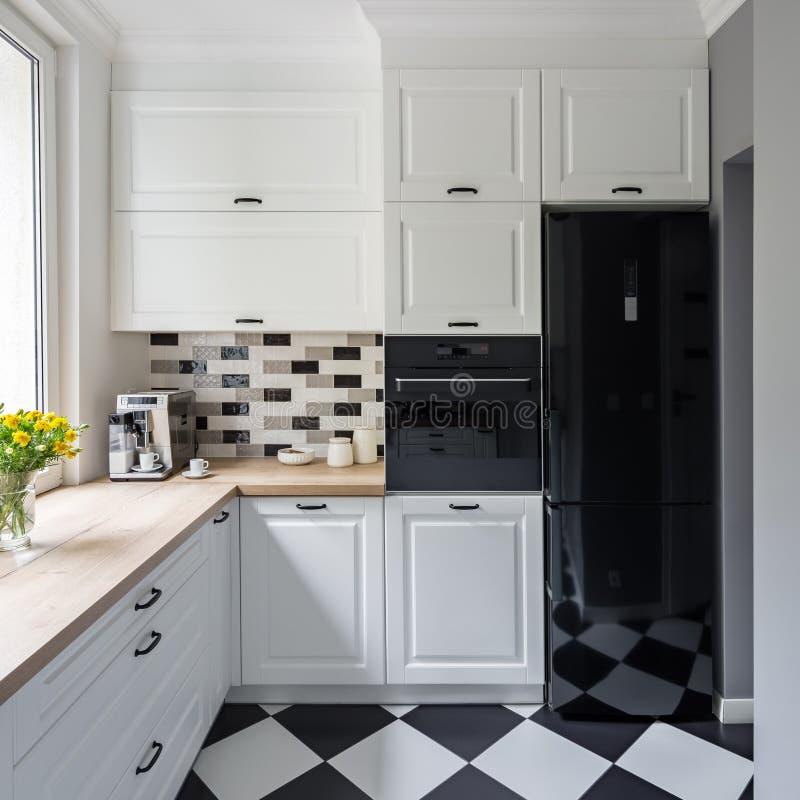 Cocina blanca con el suelo del ajedrez foto de archivo libre de regalías