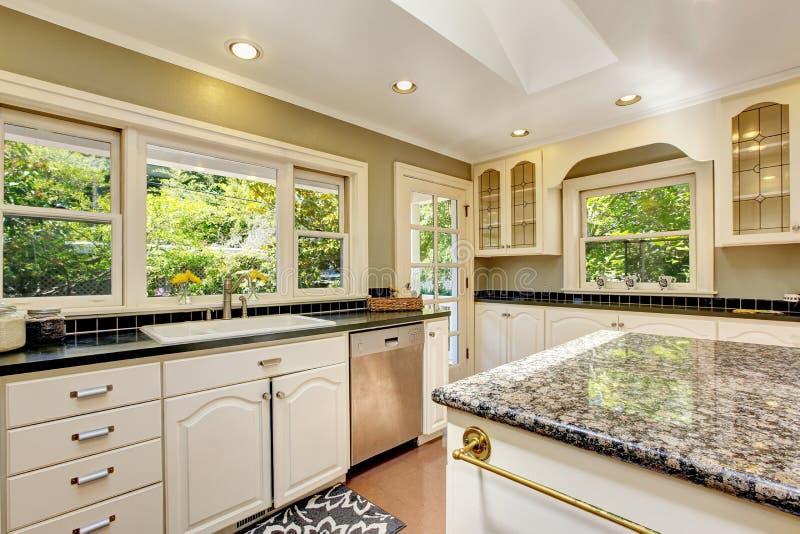 Cocina blanca con los tops del granito isla y suelo de for Precios de baldosas para cocina