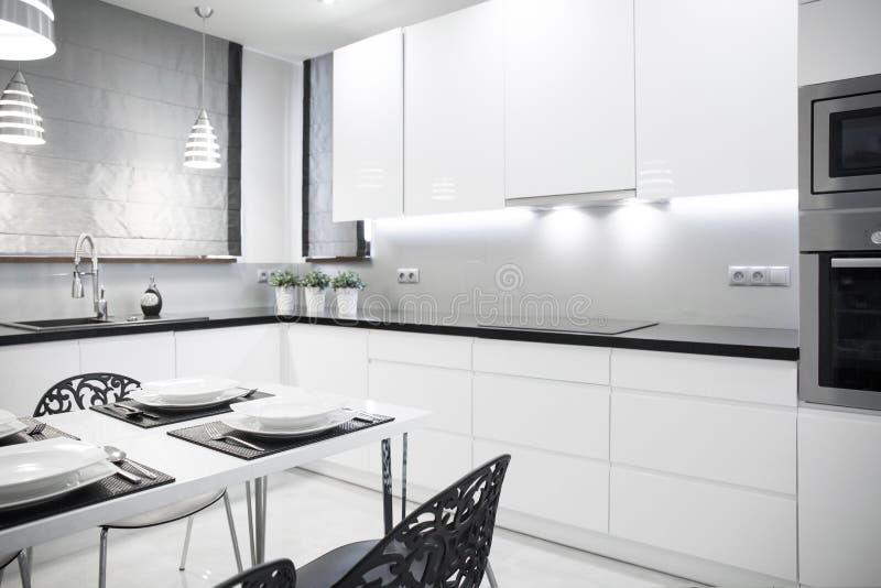 Cocina Blanca En Casa Contemporánea Imagen de archivo - Imagen de ...
