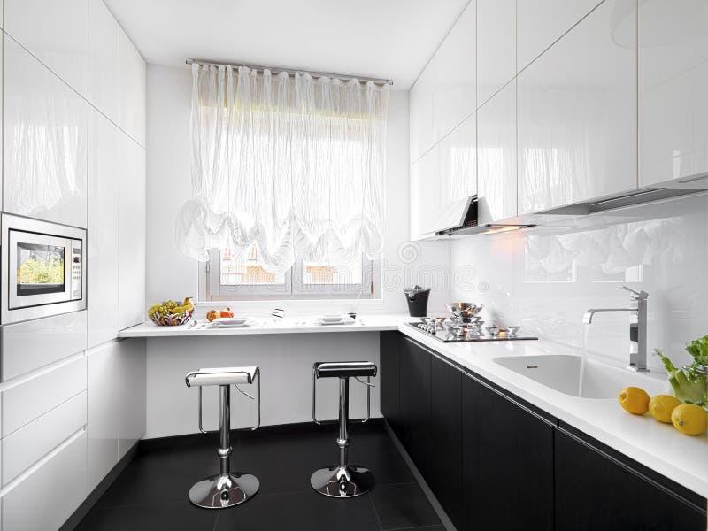 Cocina blanca moderna imágenes de archivo libres de regalías
