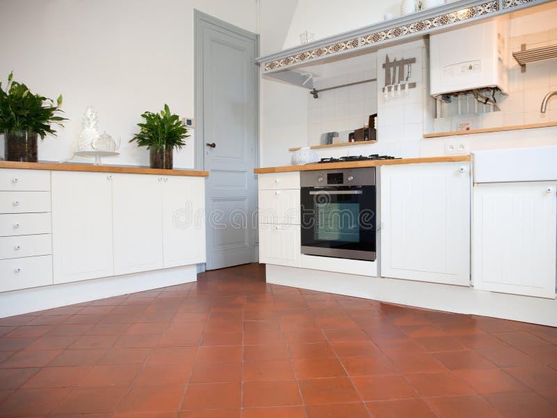 Cocina blanca moderna con las baldosas antiguas foto de archivo