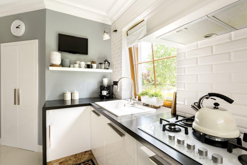 Cocina blanca moderna funcional fotos de archivo
