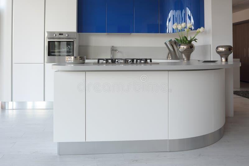 Cocina blanca y azul imagen de archivo