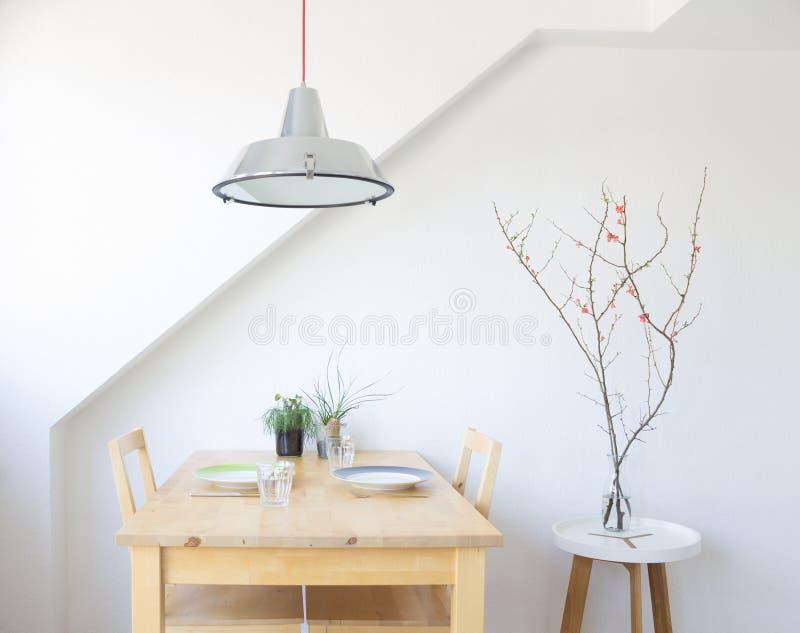 Cocina brillante, moderna con la tabla, placas, vidrios fotografía de archivo