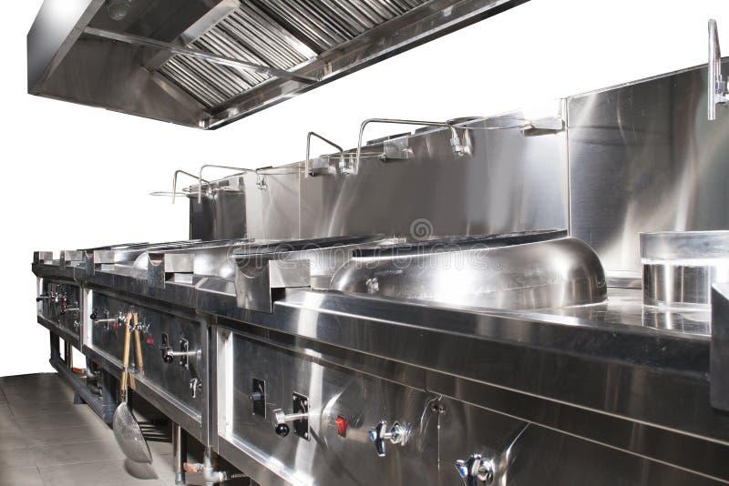 Cocina brillante y limpia moderna con artículos de cocina de acero inoxidable, la estufa, el extractor, y el equipo para cocinar  foto de archivo
