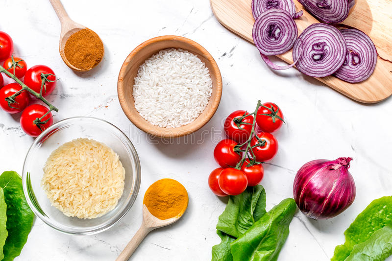 Cocina Casera De La Paella Con Arroz, El Tomate, La Cebolla Y Las ...