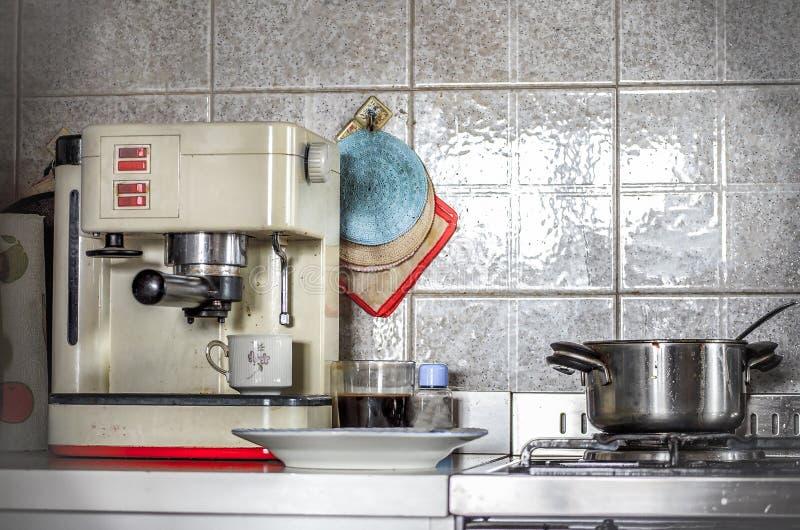 Cocina casera del vintage de la cocina de la cafetera retra foto de archivo