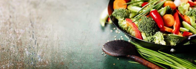 Cocina china Wok que cocina verduras imagenes de archivo