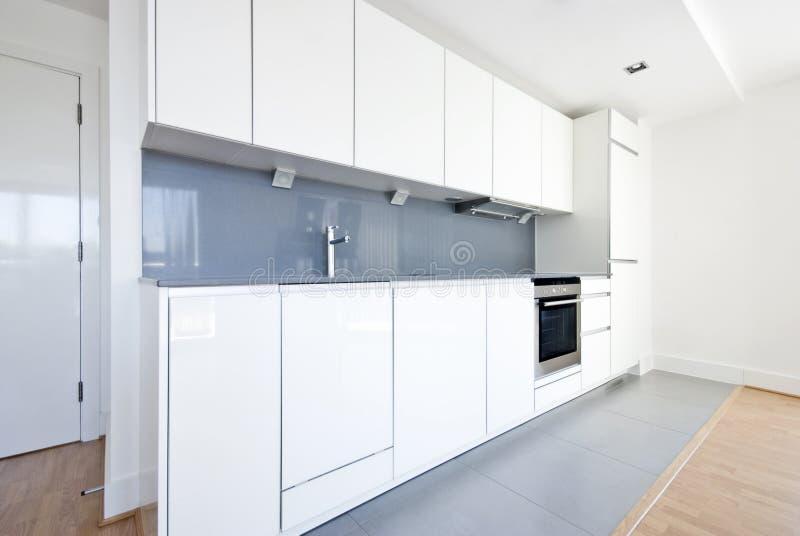 Cocina completamente ajustada moderna en blanco y gris for Cocinas modernas en gris y blanco