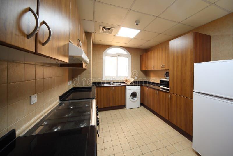 Cocina con los armarios la lavadora y el refrigerador for Cocina y refrigerador juntos