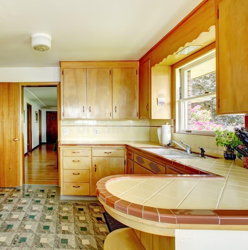 Cocina con los gabinetes de almacenamiento r sticos foto for Gabinete de almacenamiento dormitorio