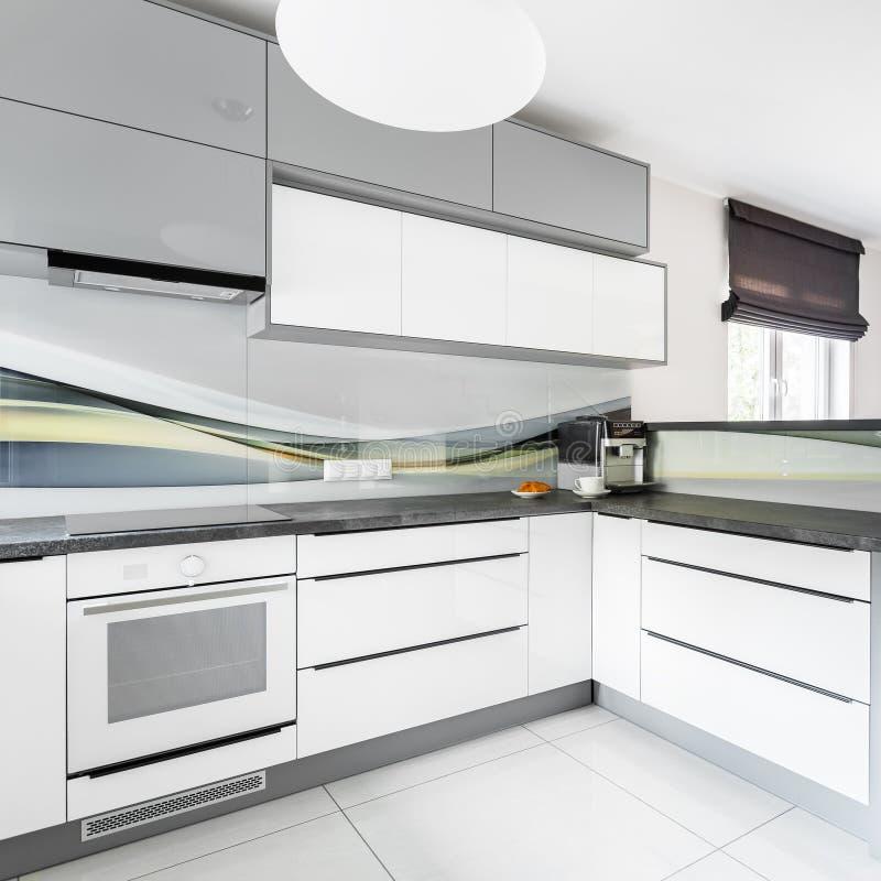 Cocina con los muebles blancos imagen de archivo