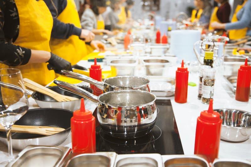 Cocina con los platos Clase principal culinaria fotografía de archivo libre de regalías