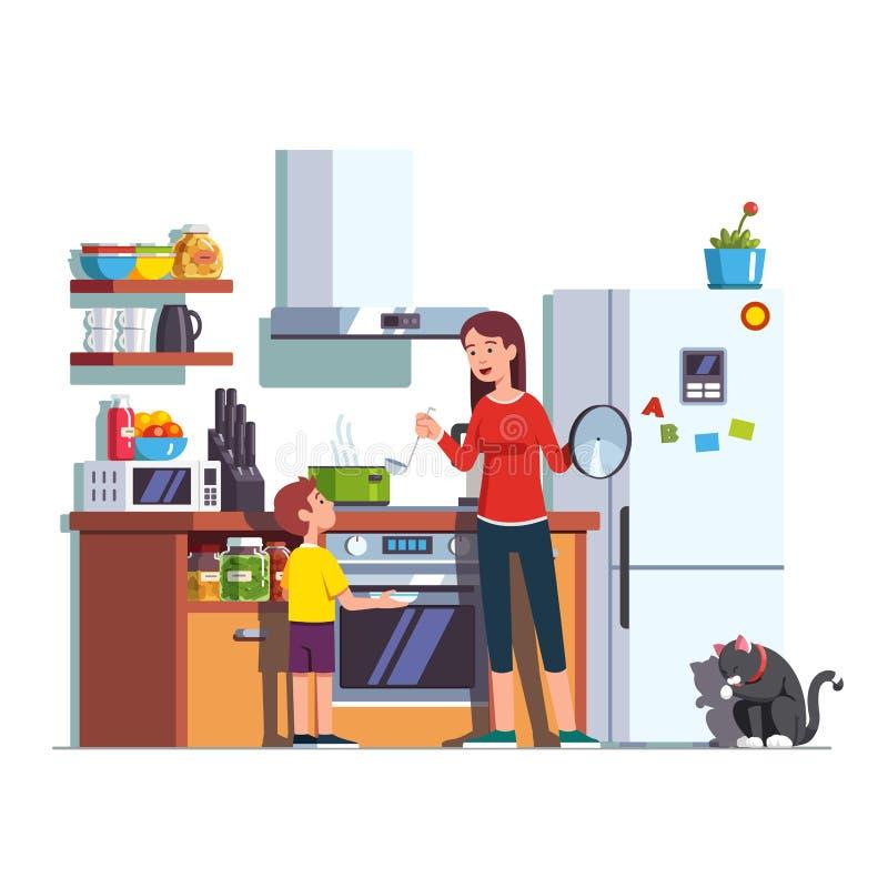 Cocina de alimentación del hijo de la madre en casa fotografía de archivo libre de regalías