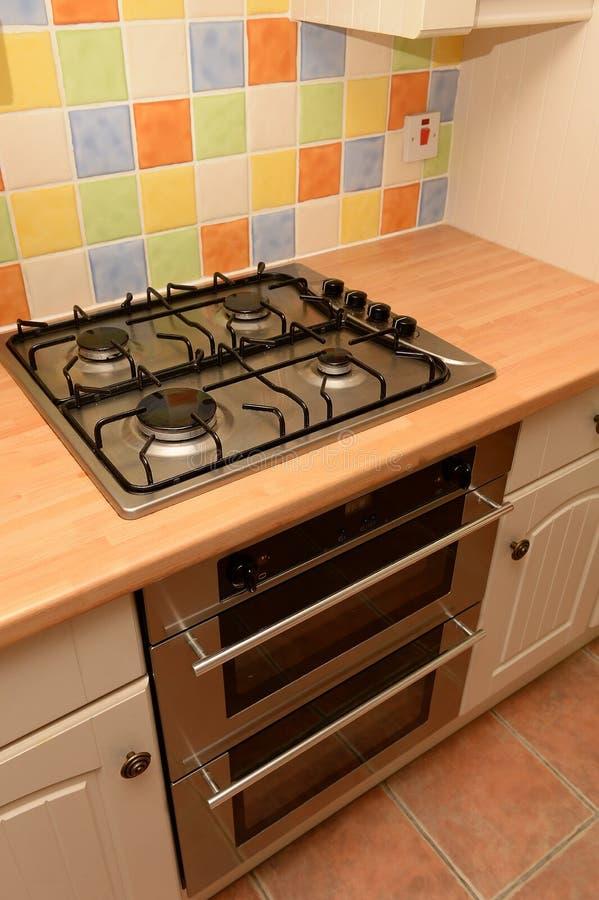 Cocina de gas en nueva cocina foto de archivo