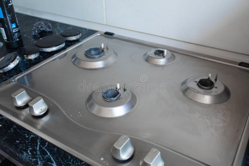 Cocina de gas pulida después de lavarse Cocina de gas perfectamente limpia después de ser lavado con las sustancias químicas de p imagen de archivo