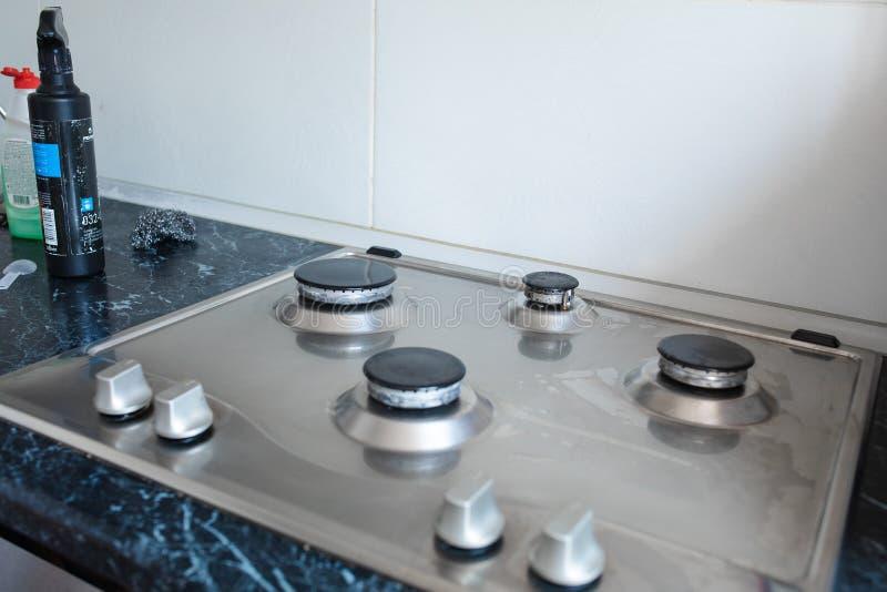 Cocina de gas pulida después de lavarse Cocina de gas perfectamente limpia después de ser lavado con las sustancias químicas de p fotografía de archivo