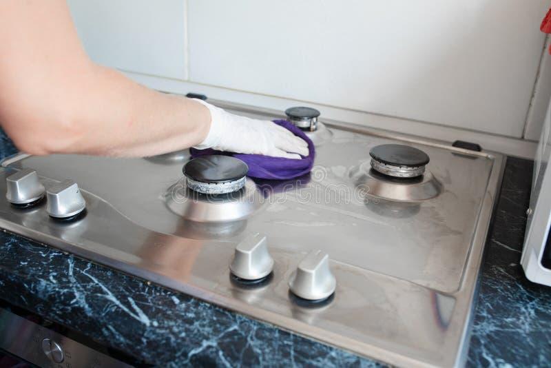 Cocina de gas pulida después de lavarse Cocina de gas perfectamente limpia después de ser lavado con las sustancias químicas de p fotos de archivo libres de regalías