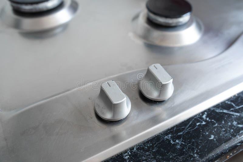 Cocina de gas pulida después de lavarse Cocina de gas perfectamente limpia después de ser lavado con las sustancias químicas de p foto de archivo libre de regalías