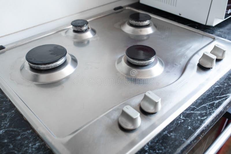 Cocina de gas pulida después de lavarse Cocina de gas perfectamente limpia después de ser lavado con las sustancias químicas de p fotografía de archivo libre de regalías
