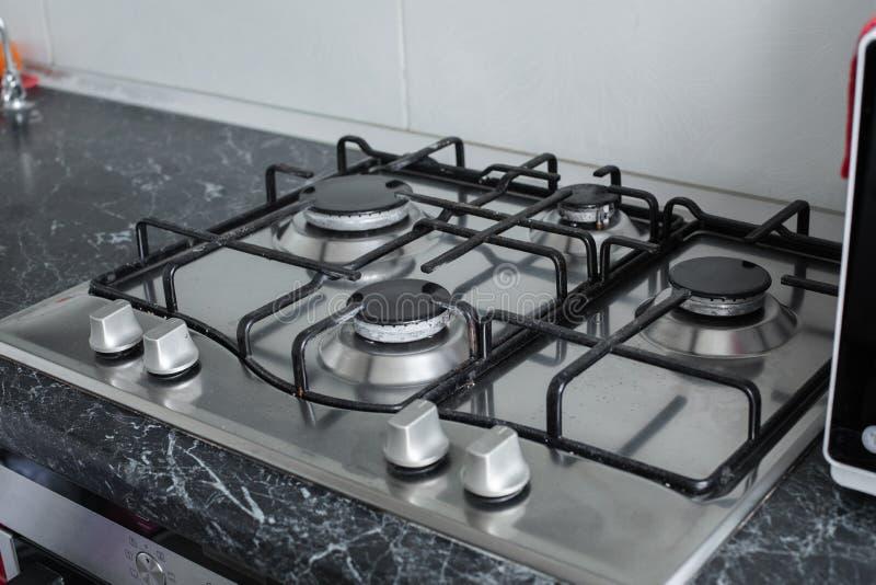 Cocina de gas pulida después de lavarse Cocina de gas perfectamente limpia después de ser lavado con las sustancias químicas de p imágenes de archivo libres de regalías