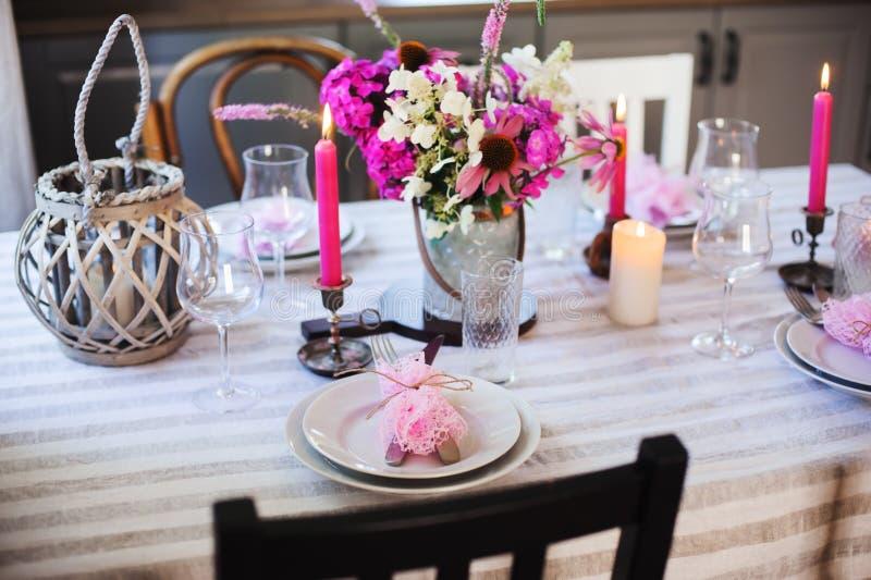 cocina de la cabaña del verano adornada para la cena festiva Ajuste romántico de la tabla con las velas foto de archivo