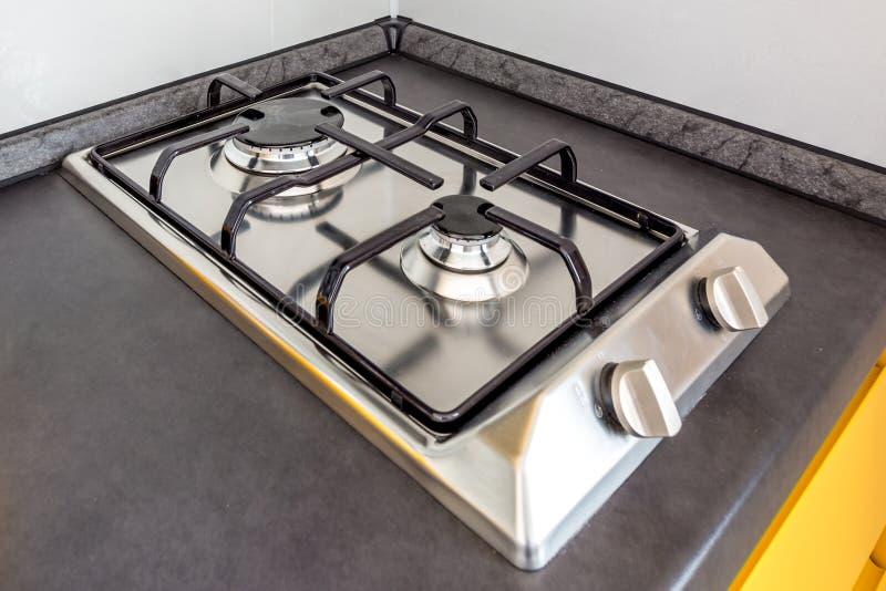 Cocina de la estufa de gas en dos hornillas en la cocina fotografía de archivo libre de regalías