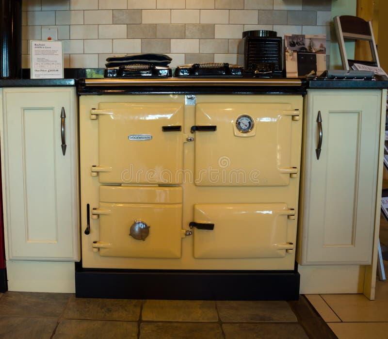 Cocina de la gama de Rayburn en la exhibición de la cocina de la tienda, Winkleigh, Devon, Reino Unido, el 8 de agosto de 2018 foto de archivo