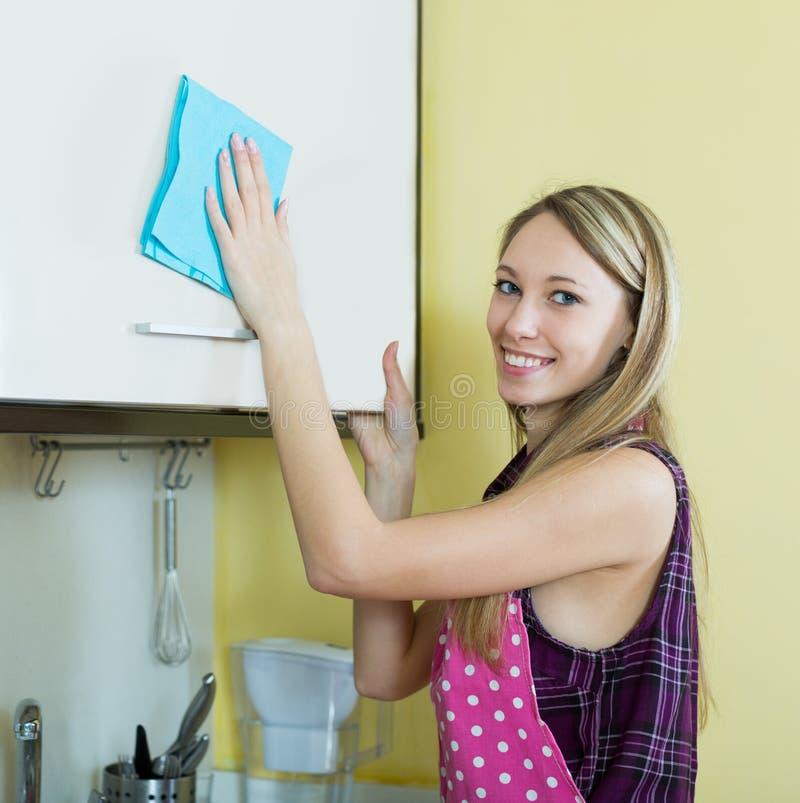 Cocina de la limpieza de la muchacha imagen de archivo libre de regalías