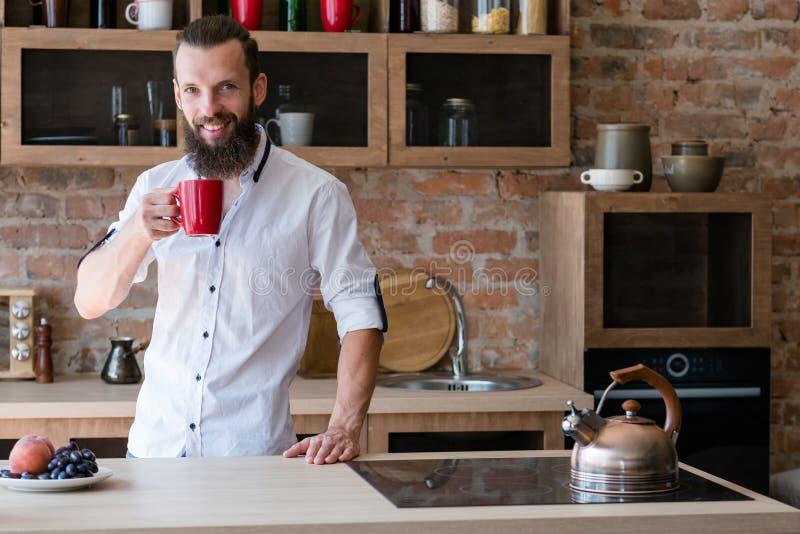 Cocina de la taza del hombre del hábito de la bebida de la buena mañana imágenes de archivo libres de regalías