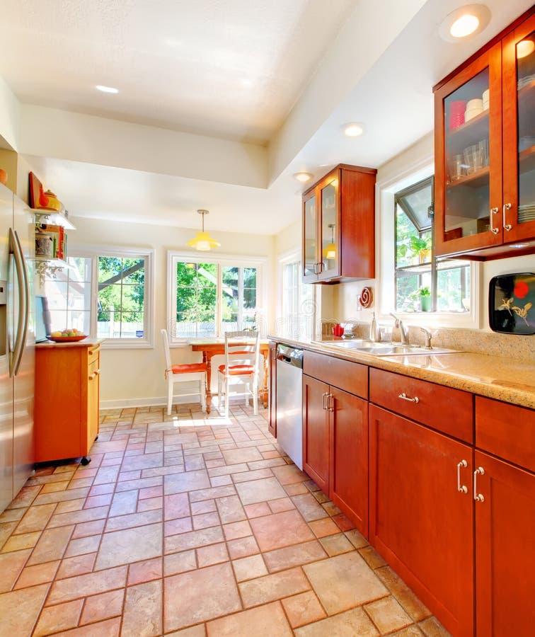 Cocina de madera de la cereza encantadora con el suelo de baldosas foto de archivo imagen de Baldosas suelo cocina