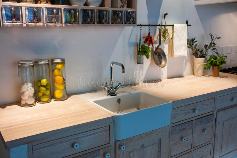 Cocina de madera del país del diseño clásico neo moderno foto de archivo libre de regalías