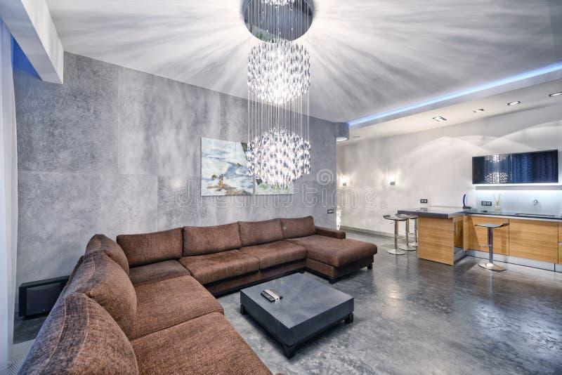cocina del diseño interior - sala de estar en el nuevo apartamento de lujo imagen de archivo libre de regalías