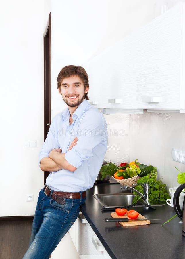 Cocina del hombre joven imagenes de archivo